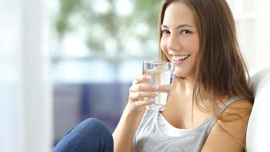 Apa Benar Minum Banyak Air Putih Saat Sahur Kurang Baik untuk Kesehatan?