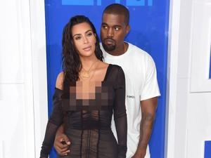 <i>Hot Couple</i>! Kanye West dan Kim K Tampil <i>Black and White</i> di VMA 2016