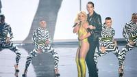 Ataupun tampil super seksi saat berduet tampil di atas panggung. Michael Loccisano/Getty Images