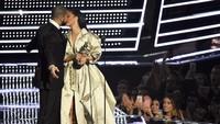 Ia beberapa kali pindah ke lain hati, salah satunya adalah Drake yang juga jadi teman duetnya. Michael Loccisano/Getty Images/detikFoto.