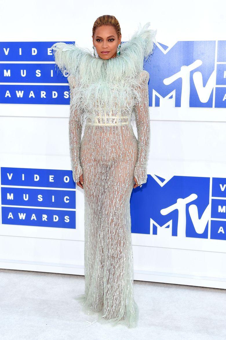 Memilih dress menerawang yang seksi, Beyonce pamer lekuk tubuhnya. Jamie McCarthy/Getty Images/detikFoto.