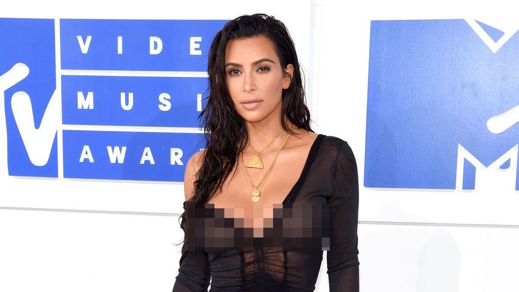 Penampilan Seksi Kim Kardashian dengan Gaun Menerawang di MTV VMA 2016