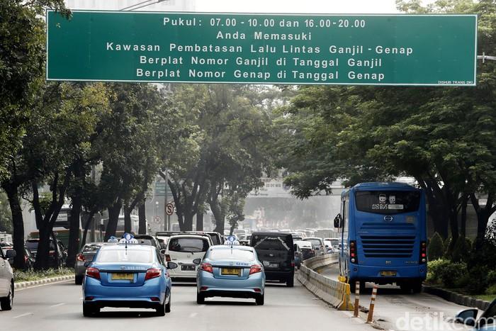 Aturan sistem ganjil genap mulai diberlakukan pagi ini di jalur-jalur bekas 3 in 1, salah satunya di kawasan Bundaran Senayan. Meski sudah digembar-gemborkan, masih ada saja pengendara yang memakai pelat ganjil nekat melintas di lokasi ini.