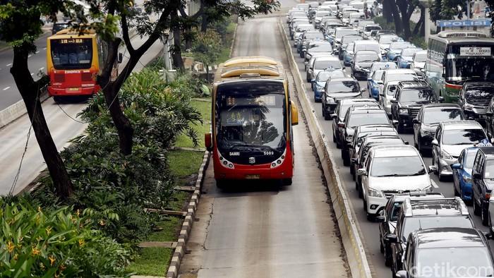 Bus TransJ melintas tanpa hambatan di jalur buswas (Foto: Rengga Sancaya/detikFoto)
