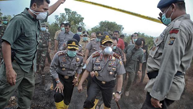 Kapolri Jenderal Tito Karnavian (tengah) meninjau karhutla di Riau akhir Agustus.