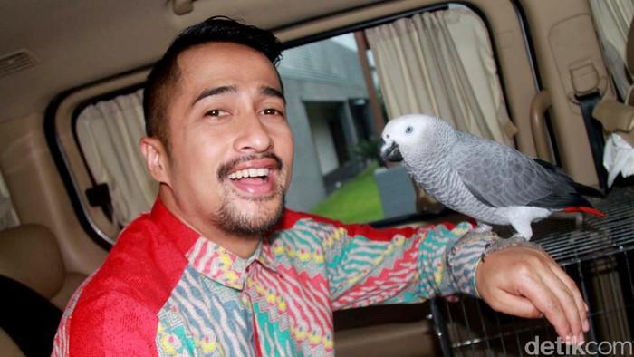 Irfan Hakim bersama burung peliharaannya