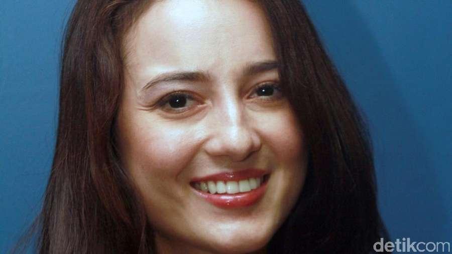 Pretty in Black! Julie Estelle Cantik Tampil Serba Hitam