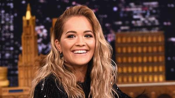 Rita Ora Elegan Bergaun Hitam
