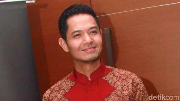 Dude Herlino Kece dengan Batik