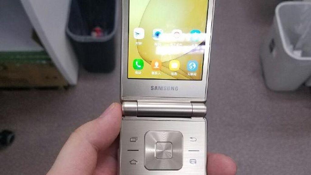 Galaxy Folder 2 merupakan penerus Galaxy Folder yang dirilis Samsung pada Juli 2015 lalu. Foto: Istimewa