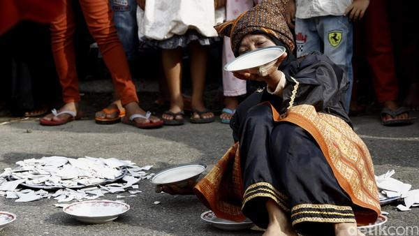 Kini tari piring digelar saat upacara adat, acara pernikahan dan sebagainya. (Dikhy Sasra/detikcom)