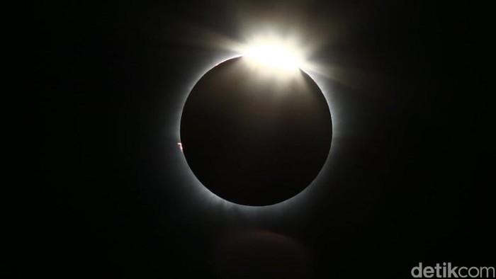 Ilustrasi gerhana matahari cincin. Foto: Hasan Al Habshy