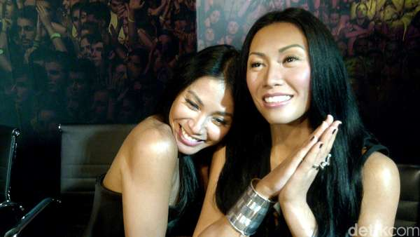 Anggun C Sasmi Eksis Selfie Bareng Kembarannya