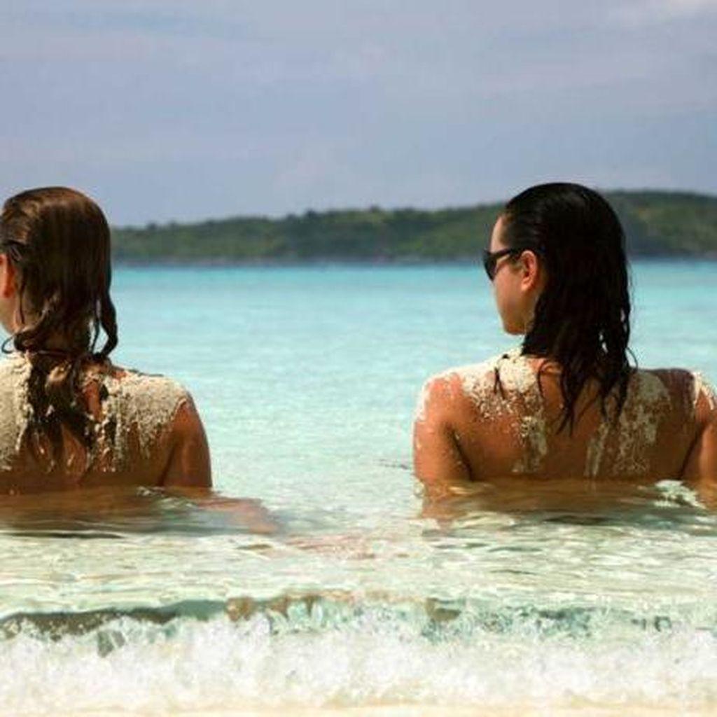 Jalan-jalan Sambil Topless di Pulau Ini Bisa Didenda Rp 50 Juta