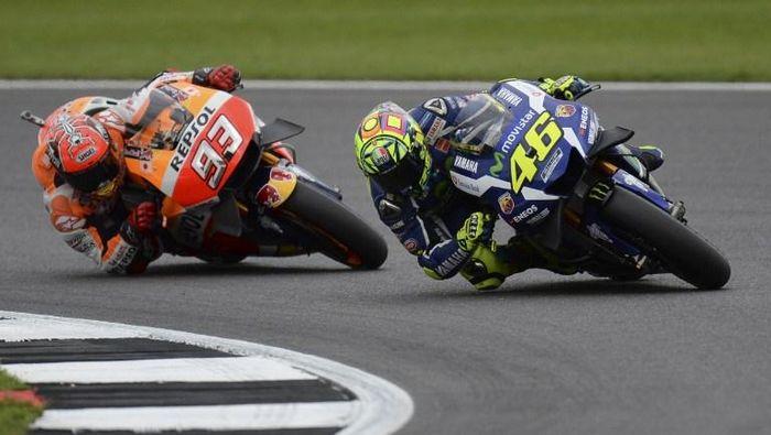 Aksi Marc Marquez dan Valentino Rossi di lintasan balap MotoGP musim lalu. (Foto: oli Scarff / AFP)
