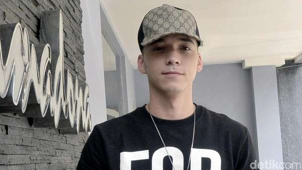 Stefan William Kasual dengan Snapback