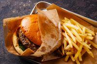 Apa Iya Makan Junk Food Bisa Sebabkan Mulut Bau?