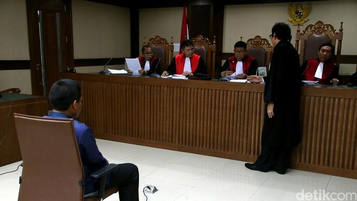 Panitera Pengganti di PN Jakarta Utara, Rohadi  menjalani sidang dakwaan di Pengadilan Tipikor, Jakarta, Senin (5/9/2016). Rohadi didakwa menerima duit Rp 50 juta dari kakak Saipul Jamil, Samsul Hidayatullah. Selain itu dia juga didakwa menerima duit suap sebesar Rp 250 juta untuk mempengaruhi putusan kasus Saipul Jamil di PN Jakut.