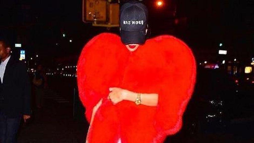 Rihanna Tampil Eksentrik dengan Mantel Merah Berbentuk Hati