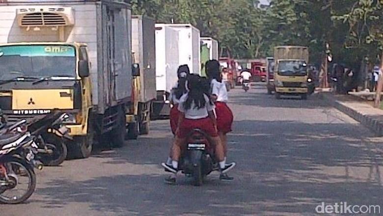 Anak SD seperti bermain-main dengan motor Foto: Daniel Tafianoto