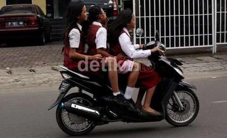 anak SD berbonceng tiga dengan motor