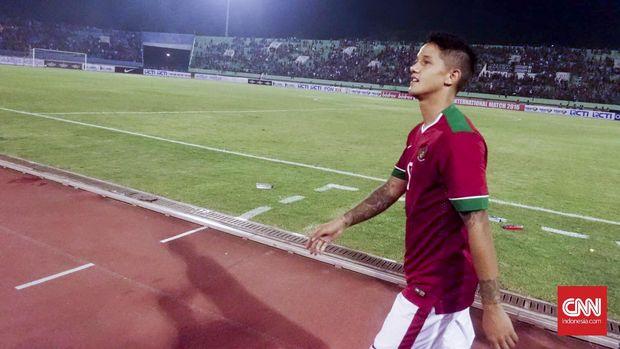 Irfan Bachdim mencetak gol ke gawang Malaysia ketika menjalani debut di Piala AFF 2010.
