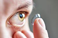 Hii! Wanita Ini Kehilangan 27 Lensa Kontak yang Ternyata Ada di Mata Sendiri