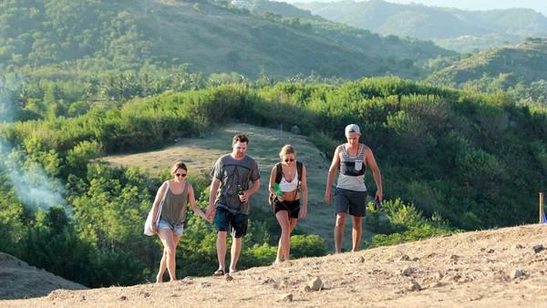 Bukit Merese adalah spot untuk menikmati Mandalika dari ketinggian. Bukit ini cukup luas, menatap ke arah Tanjung Aan atau ke Pantai Serenting, sama indahnya. (Randy/detikTravel)