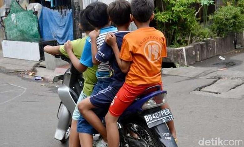 Anak beramai-ramai naik motor Foto: Foto Hary Yady Pratama