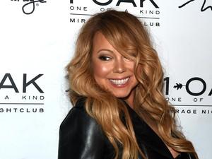Hedon, Mariah Carey Berenang Pakai Kalung Berlian