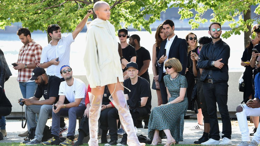 Model Tumbang Warnai Fashion Show Kanye West di New York Fashion Week