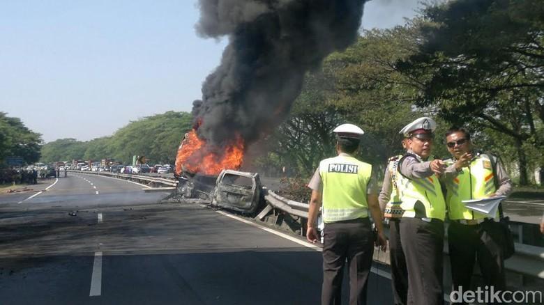 Minibus Terbakar di Tol JORR Arah Pasar Rebo
