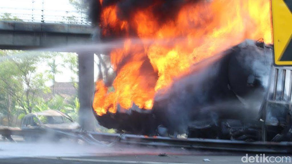 Pertamina Investigasi Truk Tangki Terbakar di Tol