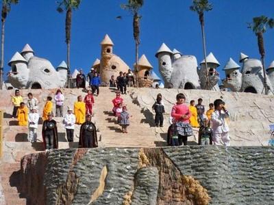 Kontroversi Taman Rekreasi China yang Mempekerjakan Orang Cebol