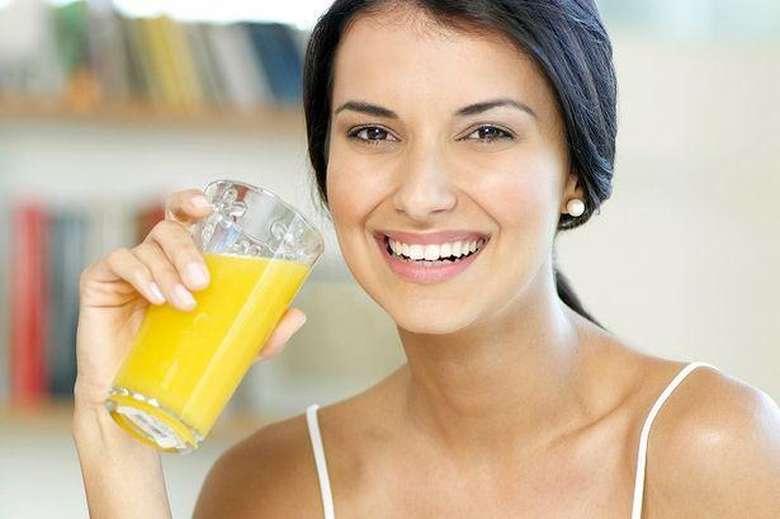 Jus buah siap saji adalah pilihan yang kurang baik untuk menemani pagi harimu. Sebab, jus buah kemasan ini biasanya memiliki kadar gula yang sangat tinggi sehingga bisa membuatmu bisa lebih cepat lapar. Foto: Getty Images