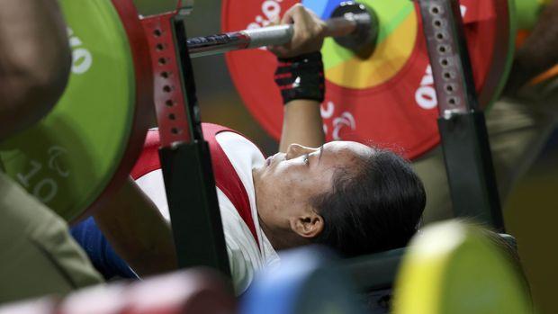 Ni Nengah Widiasih dalam salah satu aksinya di cabang olahraga angkat berat.