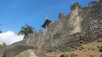 Masih di Sulawesi tepatnya di Bau-bau, Sulawesi Tenggara maish berdiri megah Benteng Keraton Buton. Pada tahun 2006, benteng ini tercatat sebagai benteng terluas di dunia dalam Guinness Book of Record dan Museum Rekor Indonesia (MURI) (Afif Farhan/detikTravel)