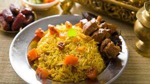 Nasi Mandi Kaya Rempah dengan Pelengkap Daging Kambing Empuk