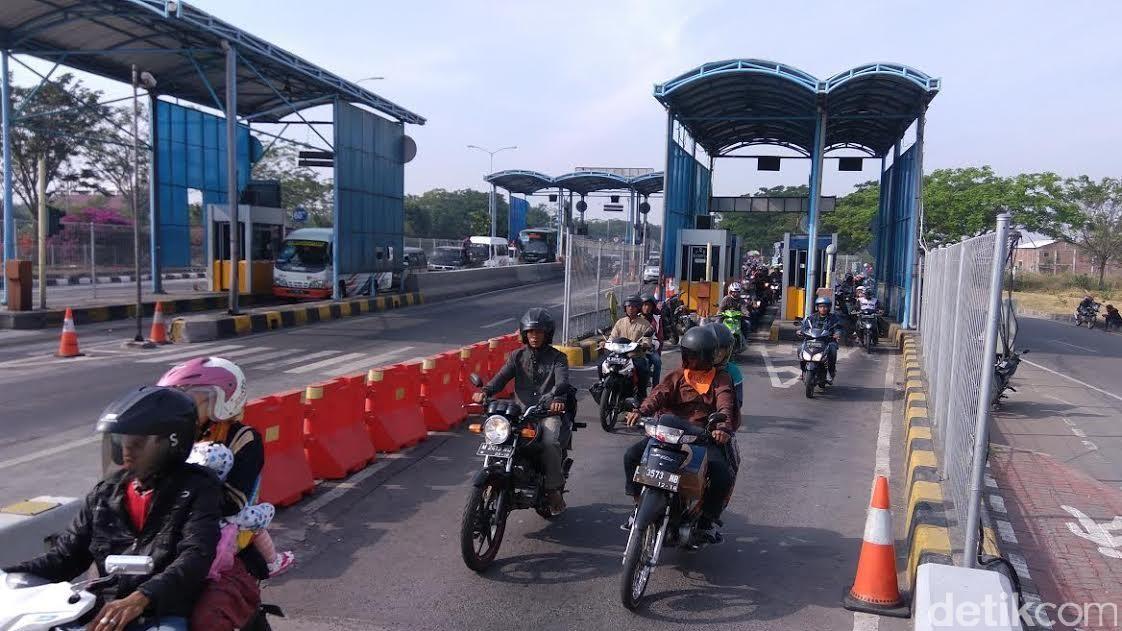 Puluhan Ribu Kendaraan Mudik 'Toron' di Tol Jembatan Suramadu