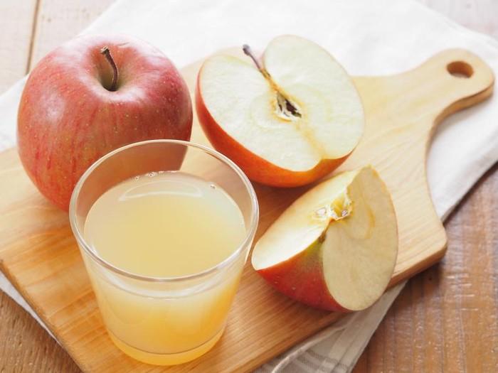 Sebuah penelitian di Inggris menemukan bahwa anak-anak yang minum jus apel sekali sehari mengurangi setengah kemungkinan mereka mengembangkan masalah mengi (napas ngik-ngik) dibandingkan dengan anak-anak yang meminumnya lebih jarang. Apel dikemas dengan asam fenolik dan flavonoid yang dikenal untuk mengurangi peradangan di saluran udara. (Foto: iStock)