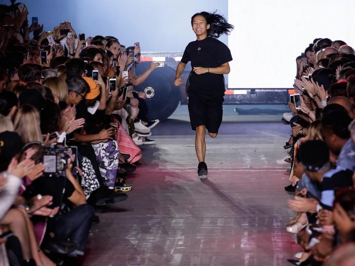 Desainer Alexander Wang usai peragaan karyanya di New York Fashion Week. (Foto: JP Yim/Getty Images)