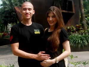 <i>Happy Family</i>! Muhammad Fardhan dan Istri Sumringah Banget