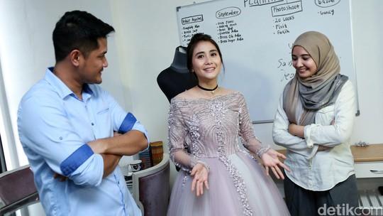Yuk, Intip Ryana Dea dan Puadin Redi Fitting Baju!