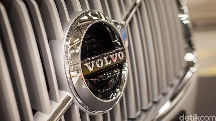 Logo mobil Volvo terlihat di grille SUV XC90, mobil otonom Volvo