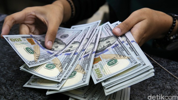 Petugas money changer melayani customer di layanan penukaran uang di ITC Ambasador, Jakarta, Selasa (13/9/2016). Menurut Reuters, dolar AS dibuka di Rp 13.097 pada Selasa (13/9/2016) pagi atau lebih rendah dibandingkan posisi akhir pekan lalu di Rp 13.104. (Ari Saputra/detikcom)