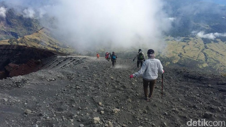 Para Pendaki yang Terjebak di Gunung Rinjani Berangsur-angsur Turun