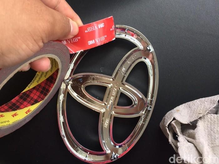 Trik mengganti logo Garuda di Calya dengan logo Toyota