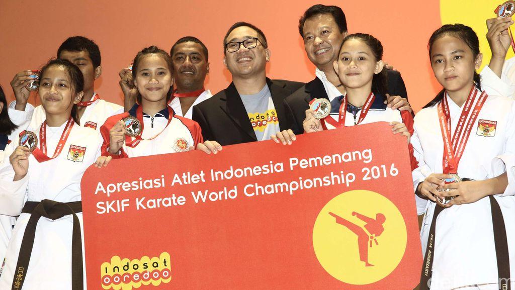 Presiden Director & CEO Indosat Ooredoo Alexander Rusli memberikan apresiasi kepada altet karate-do nasional yang berhasil meraih medali emas di kejuaraan dunia federasi karate shotokan internasional (SKIF) 2016, Jakarta, Rabu (14/9/2016).