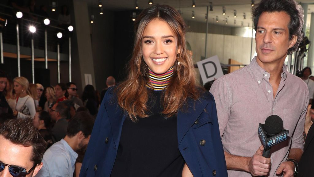 Gaya Modis Jessica Alba dengan Turtle Neck di New York Fashion Week