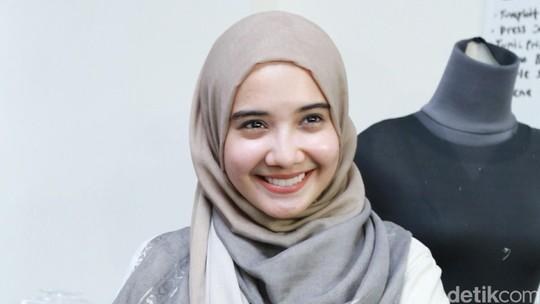 Zaskia Sungkar Lagi Happy Banget